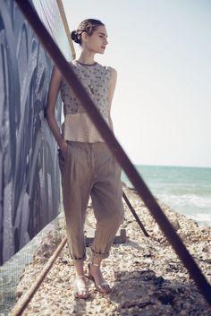 חולצה מבדי שילובים בהדפסים שונים עם מכנסי פשתן בצבע קאמל