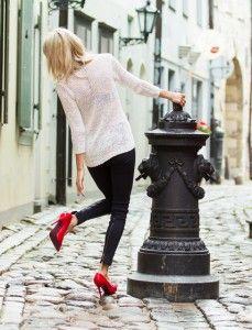 Pumps, de dames schoenen met hoge hak en trendy look. In tegenstelling tot naaldhakken zijn deze schoenen bij de tenen gesloten, maar laten wel een deel open aan de wreef. Ze zijn gemaakt om makkelijk aan en uit trekken en bevatten geen veters of klittenband. http://fashionblog.nu/pumps/