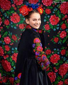 Spectacular Ukrainian Crowns On Slavic Inspired Photoshoot Look Absolutely Mesmerizing Eslava, Ukrainian Art, Portraits, Elegant Flowers, Russian Fashion, Folk Costume, Costumes, Headdress, Traditional Dresses