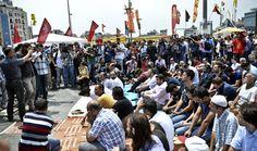 Gezi Parkı'nda Cuma namazı -Gezi Park Friday prayers.Türkiye - 07.06.2013 -   Gezi Parkı eylemlerine destek veren Antikapitalist Müslümanlar, Gezi Parkı'nda Cuma namazı kılmaya başladı
