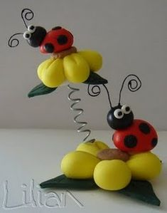 Lady Bugs and Flowers Polymer Clay Animals, Fimo Clay, Polymer Clay Projects, Polymer Clay Creations, Polymer Clay Art, Fondant Animals, Cute Clay, Clay Figurine, Clay Ornaments