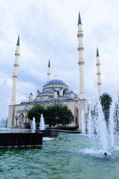 Bella moschea antica in Cecenia, numerose fontane