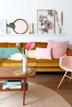 .Jaune moutarde, rose poudré et mobilier boisé dans le salon