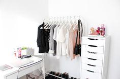 Quand IKEA suspend nos vêtements (Portant Mulig), range nos petits secrets (Alex caisson 9 tiroirs), et nous fait travailler (Bureau Micke) 101 Thinks Girls Like.