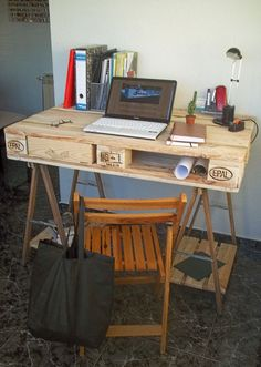 Desk made from a pallet and 2 table trestles 1 Pallet Desk, Diy Pallet Wall, Pallet House, Diy Pallet Furniture, Pallet Ideas Easy, Diy Pallet Projects, Pinterest Desk, Dorm Room Desk, Room Desks