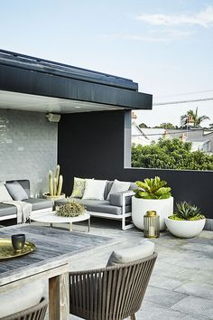 terrace features a low-maintenance garden Modern planting and sharp lines give this rooftop terrace and garden a contemporary appeal.Modern planting and sharp lines give this rooftop terrace and garden a contemporary appeal. Outdoor Rooms, Outdoor Living, Outdoor Furniture Sets, Outdoor Decor, Modern Furniture, Antique Furniture, Furniture Projects, Rustic Furniture, Modern Planting