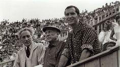PABLO PICASSO   met stierenvechter Luis Miguel Dominguín en dichter Jean Cocteau op de tribune van plaza de toros Las Arenas in Arlés in Zuid Frankrijk (september 1959)  (ABC)