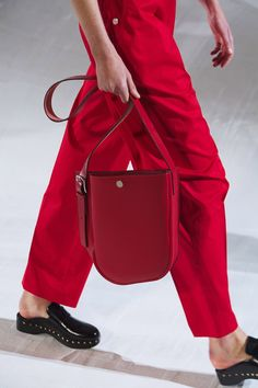Hermès Spring/Summer 2021 Introduces New Bag Styles - PurseBop Vogue Paris, Fashion Bags, Fashion Accessories, Fashion Runway Show, Medium Sized Bags, Chest Rig, Asymmetrical Design, New Bag, Models