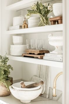Decorating open shelves is such a fun way to express your style through vintage .- Decorating open shelves is such a fun way to express your style through vintage and modern pieces! Apartment Decoration, Apartment Interior, Home Decor Styles, Cheap Home Decor, Open Shelving, Shelves, Shelving Ideas, Shelving Decor, Cocinas Kitchen