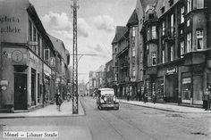 Im Gegensatz zur kleinteiligen Memeler Altstadt hatte die Libauer Straße schon ehr großstädtischen Charakter. Auch die Straßenbahn rumpelte vom Bahnhof durch die ''Libauer'' zur Altstadt und weiter zur Strandvilla, bzw. nach Schmelz. Foto 30er Jahre.