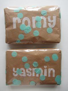 Inpakken in bruin papier met daarover cellofaan. Met letters (de achterkantjes (afval) van Vliesofix) en reuzeconfetti ertussen