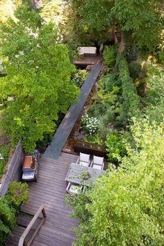 #jardin con riachuelo interior suelo madera pasarela hierro