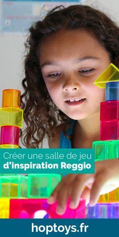 Selon la pédagogie Reggio, le jeu est reconnu comme l'outil le plus puissant pour l'apprentissage des enfants. Loris Malaguzzi pensait que les enfants avaient de nombreuses occasions d'apprendre dans la nature ainsi que dans la salle de classe et leur apprentissage ne venait pas forcément des livres mais de leur imagination et leur curiosité. L'environnement joue donc  un rôle important dans l'approche Reggio. Reggio Emilia Classroom, Jouer, Alternative, Inspiration, Important, Ainsi, Comme, Nature, Practical Life
