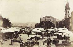 Petőfi tér, piac. Balra a háttérben a Lánchíd, Jobbra a Nagyboldogasszony ortodox székesegyház. A felvétel 1874-1882 között készült. A kép forrását kérjük így adja meg: Fortepan / Budapest Főváros Levéltára. Levéltári jelzet: HU.BFL.XV.19.d.1.07.023