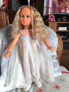 Poupée bettina de SEbino avec defauts Girls Dresses, Flower Girl Dresses, Vintage Dolls, Doll Toys, Wedding Dresses, Fashion, Antique Dolls, China Dolls, Bridal Dresses