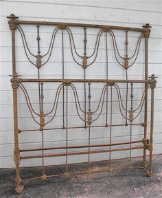 Pagota Corner Castings on this Victorian Straight Top w/ center brass. #ironbeds #antiqueironbeds
