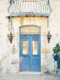 Mediterranean vibe: http://www.stylemepretty.com/little-black-book-blog/2015/03/20/austin-engagement-session-at-le-san-michele/ | Photography: Andy Barnhart - http://www.andybarnhart.com/