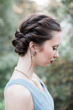 Gelin saç modeli konusunda sepet örgüsü detaylarının verdiği bohemliğe bayılıyoruz.     Romantik topuz gelin saçı, gelin saç modeli, esmer gelin, gelin başı