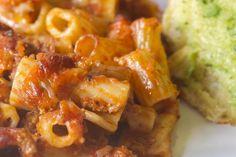 La pasta alla genovese è un piatto tipico della tradizione napoletana, da poter preparare anche senza carne. Ecco la ricetta e le sue origini