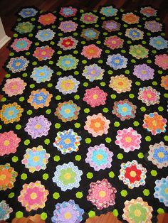 Midnight Garden Hexagon Quilt Freaking love the black Hexagon Quilt Pattern, Hexagon Patchwork, Hexagon Quilting, Hand Quilting, Paper Piecing Patterns, Quilt Patterns, English Paper Piecing, Quilt Making, Quilting Projects