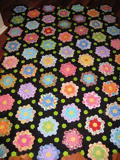 Midnight Garden Hexagon Quilt Freaking love the black Hexagon Quilt Pattern, Hexagon Patchwork, Hexagon Quilting, Hand Quilting, Paper Piecing Patterns, Quilt Patterns, Quilting Projects, Quilting Designs, English Paper Piecing