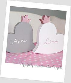 Mit viel Liebe habe ich diese Herzen mit Krone entworfen. Der Verkauf bezieht sich auf EIN Herz. Gerne fertige ich es auch in anderen Farben an (Herz, Krone). Für einen Jungen eignet sich das Herz...