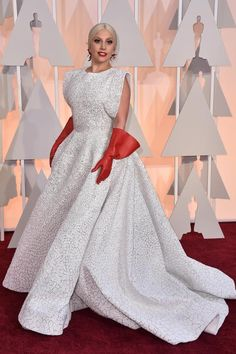 Wenigstens mal was Neues: Lady Gaga trug ein Kleid von Azzedine Alaïa - mit roten Gummihandschuhen.
