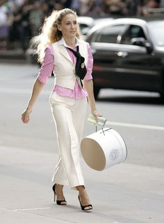 Carrie Bradshaw dans Sex and The City en costume blanc - 9