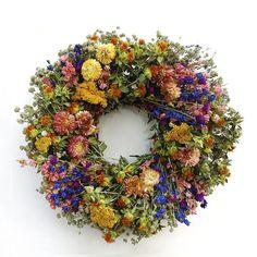 Spring Garden Wreath Larkspur séché à l'air, strawflowers, carthame, amarante globe, l'achillée millefeuille et Green Mountain menthe.