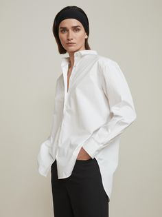 The Capri Shirt is a true Totême essential crafted from cotton-poplin and cut in a loose fit. With an embroidered monogram at front. The silhouette is oversized with the perfect accentuation on details with Totême monogram buttons on the front placket and cuffs. [...]Read More...