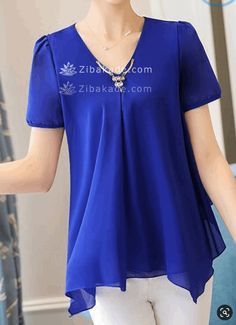 آموزش دوخت لباس مجلسی در مرحله ی دوخت از صفحه 245 - زیباکده V Neck Blouse, Short Sleeve Blouse, Blue Blouse, Trendy Tops For Women, Blouses For Women, Blouse Styles, Blouse Designs, Fashion Outfits, Womens Fashion