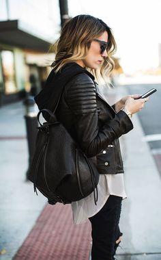 Acheter la tenue sur Lookastic: https://lookastic.fr/mode-femme/tenues/veste-motard-sweat-a-capuche-chemisier-boutonne-jean-skinny-sac-a-dos-lunettes-de-soleil-montre/6481 — Lunettes de soleil noires — Jean skinny déchiré noir — Chemisier boutonné beige — Sac à dos en cuir noir — Montre dorée — Veste motard en cuir matelassée noire — Sweat à capuche noir
