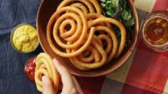 Potato Spirals - Twisted Food What You'll Need: 1 ⅔ cups potatoes, peeled and cubed 1 egg, beaten 2 Tbsp potato starch Salt & pepper 2 Tbsp Parmesan cheese Mashed Potato Recipes, Potato Dishes, Vegetable Dishes, Vegetable Recipes, Tasty Video, Twisted Recipes, Twisted Food, Snacks Für Party, Beignets