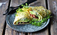 Eierwrap met avocado, kruiden en witte kaas