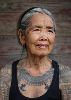 Fang-od Oggay (also spelt Whang-od), the last tribal tattoo artist to hold the title of Mambabatok—the name given to traditional tattooists by the Kalinga ethnic group for thousands of years (Philippines). Filipino Tribal Tattoos, Tribal Tattoos For Women, Hawaiian Tribal Tattoos, Tribal Women, Old Tattoos, Body Art Tattoos, Woman Tattoos, Maori Tattoos, Polynesian Tattoos