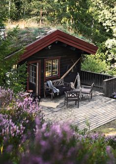 Charming Norwegian-style Log Cabin Packed with Iconic Design Pieces - Nordic Design Scandinavian Cottage, Swedish Cottage, Wooden Cottage, Cottage In The Woods, Cabins In The Woods, Style Norvégien, Room Style, Ideas De Cabina, Norwegian Style