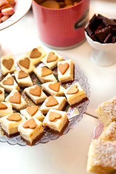 En riktig god sak att baka är pepparkakscheescake, en blandning av pepparkakor och cheesecake helt enkelt. Bra recept när man inte kan bestämma sig.