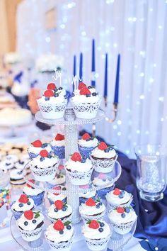 Svadobné koláčiky cupcakes wedding cakes candy bar koláče Wedding Cakes With Cupcakes, Candy, Bar, Table Decorations, Desserts, Food, Tailgate Desserts, Deserts, Essen