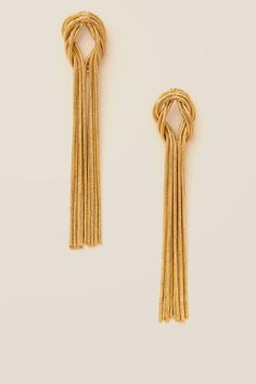 The Donna Knot Chain Tassel Earring features gold metal snake skin chain in a knot form. Gold Jhumka Earrings, Fancy Earrings, Jewelry Design Earrings, Gold Earrings Designs, Ear Jewelry, Tassel Earrings, Designer Earrings, Jewelery, Gold Ring Designs