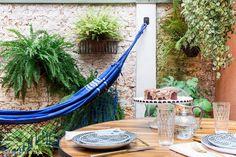 A decoração despretensiosa e acolhedora de uma linda casa de vila com quintal, rede de balanço, um quarto bem confortável e um closet criativo.