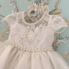 Vestido infantil branco bordado com pérolas Via Flora for Girls #renda #pérolas…