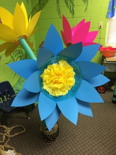 VBS 2015 Belvedere FBC Flowers made from plastic bowl, card stock, pool noodle, with tissue paper center Jungle Flowers, Forest Flowers, Diy For Kids, Crafts For Kids, Pool Noodle Crafts, Maker Fun Factory Vbs, Paper Flowers For Kids, Kids Stage, Fair Theme