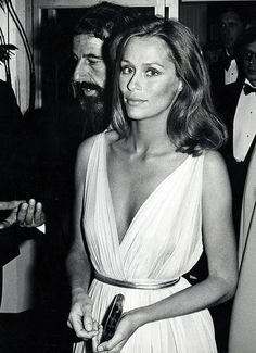 Lauren Hutton, 1975. Love her attitude in front of any sort of photographer.