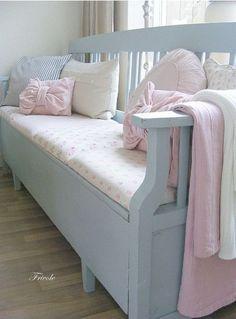 Inspiratie beeld Ariadne at Home. Bankje met mooie pastel tinten. #pastel sofa #shabbychicfurnituresofa