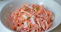 Deze heerlijke wortelsalade smaakt geweldig bij de BBQ. Om de wortelen fijn te snijden heb ik gebruik gemaakt van de  groente- en fruitmolen...
