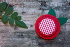 Broche con chapas forradas de tela y fieltro troquelado en varias capas. A la venta en Mondo Lirondo.