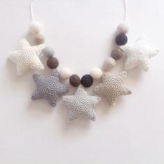 Dagens forsendelse  #crochet #crocheting #star #stars #crochetstars #grey #shadesofgrey #hækling #hæklet #hækle #hæklingpåbestilling #filtkugler #barnevognskæde #hækletbarnevognskæde #baby