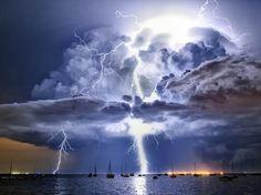 WOW! James Collier, fotógrafo amador, conseguiu esta imagem de um raio iluminando as nuvens e o mar em Corio Bay, Victoria, que foi a eleita para o mês de dezembro  Foto: Escritório de Meteorologia da Austrália/James Collier/BBC Brasil