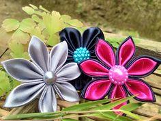 Bross bunga dari pita satin