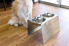 人気のフードボウルテーブルに大型犬用ができました。適度な高さがあり、ボウルが手前に傾いているのでワンちゃんの首や足腰の負担が軽減されます。また、ステンレス製なので木製とは違い水洗いでき、錆びません。専用のボールもステンレスで錆びず、アレルギー体質のワンちゃんにも比較的安心してお使いしていだけます。ボール自体もとても軽いので毎日のお手入れも楽々。